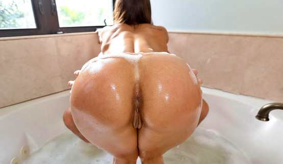 [Ass Parade] Kelsi Monroe: Soapy Sex In The Tub